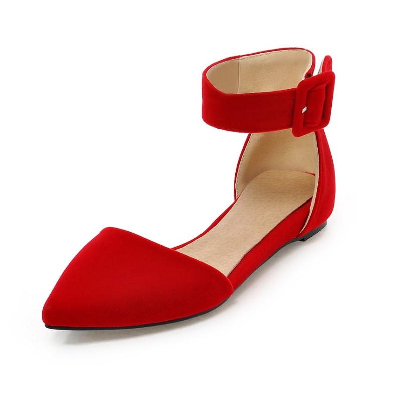 Ярко-красные балетки всегда актуальны для летних образов.