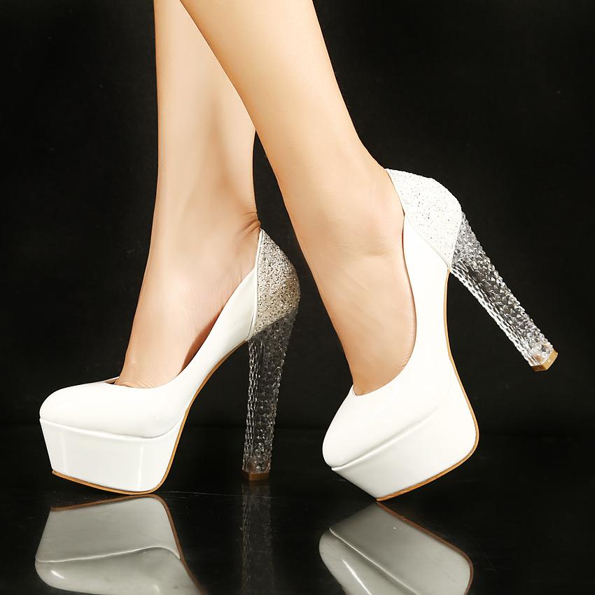 Прозрачный каблук у светлых туфель - идеальный выходной вариант.