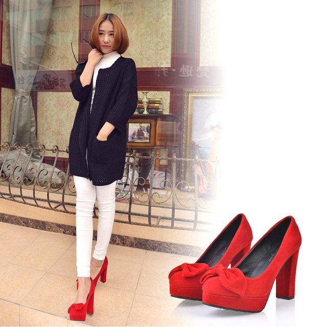 Красные туфли на толстом каблуке отлично дополнят монохромный образ.