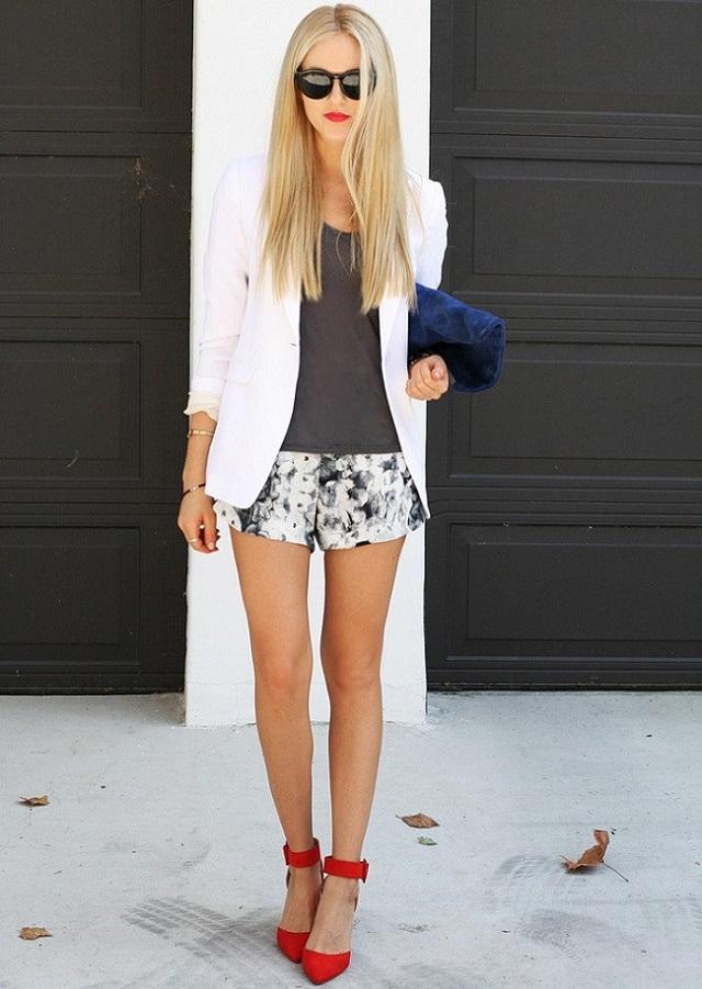 Яркие туфли в сочетании с черно-белым луком - фишка сезона.