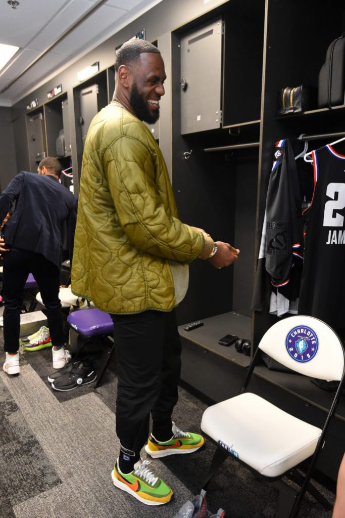 Яркий спортивный лук от короля баскетбола.