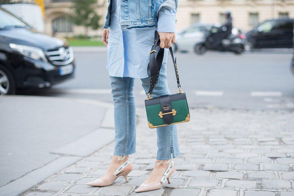 Босоножки на рюмочке в джинсовом луке.
