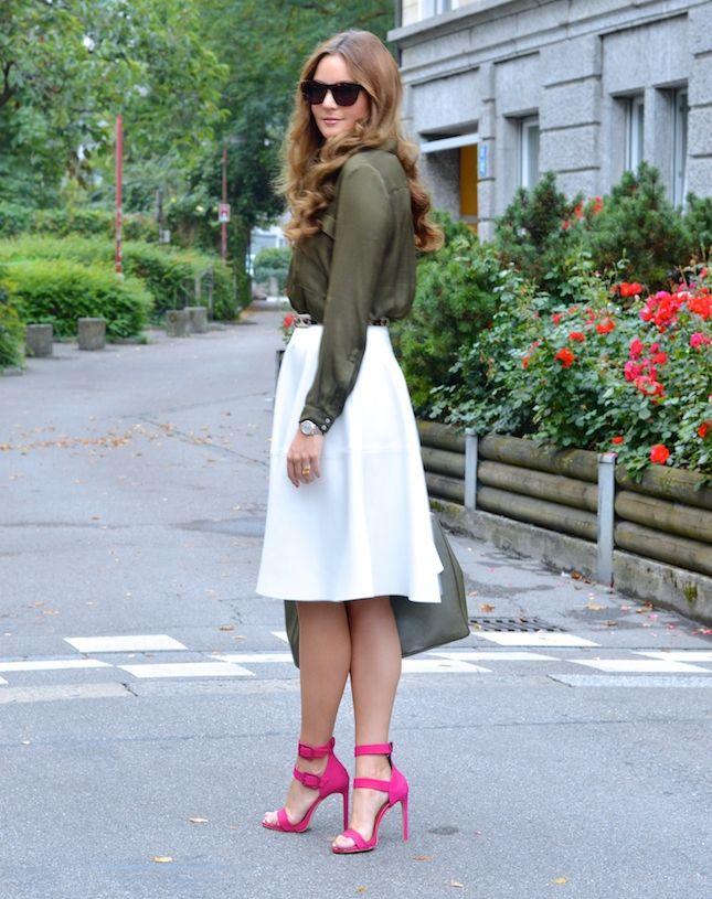 Яркие босоножки с закрытой пяткой отлично дополнят белую юбку.