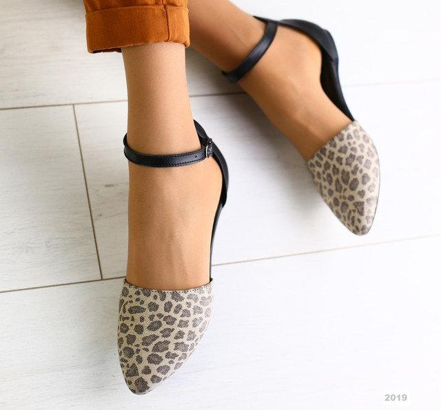 Босоножки с модным звериным принтом на носке.