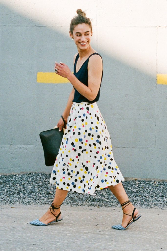 Босоножки с закрытым носком идеально дополнят легкую летнюю юбку.