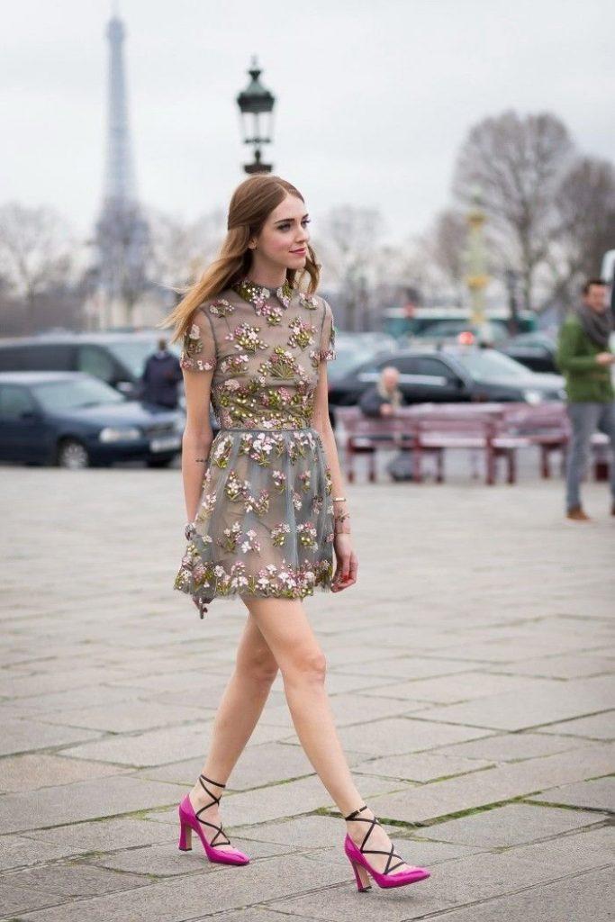 Платье в цветочек и босоножки с закрытым носком - идеальный романтичный образ.