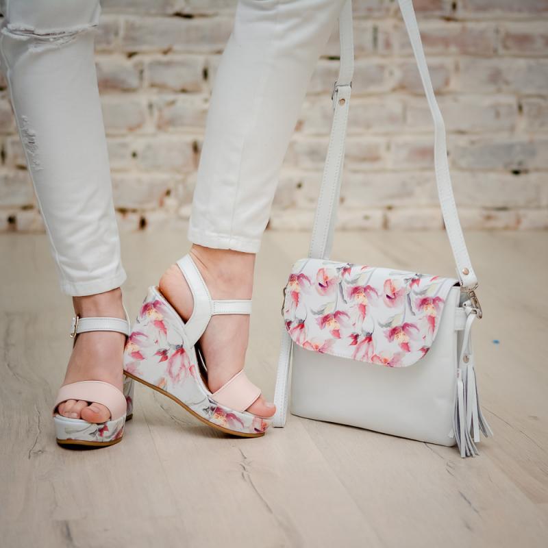 Босоножки с цветочным принтом особенно удачно смотрятся с сумкой в тон.