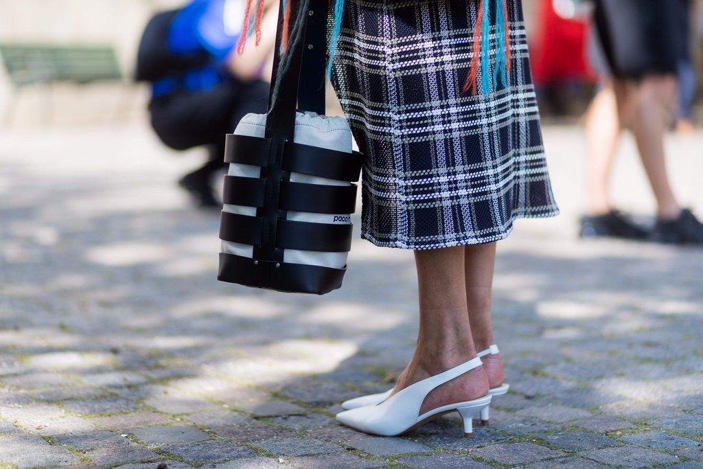 Босоножки на невысоком каблуке в сочетании с миди отлично подчеркивают красоту щиколоток.