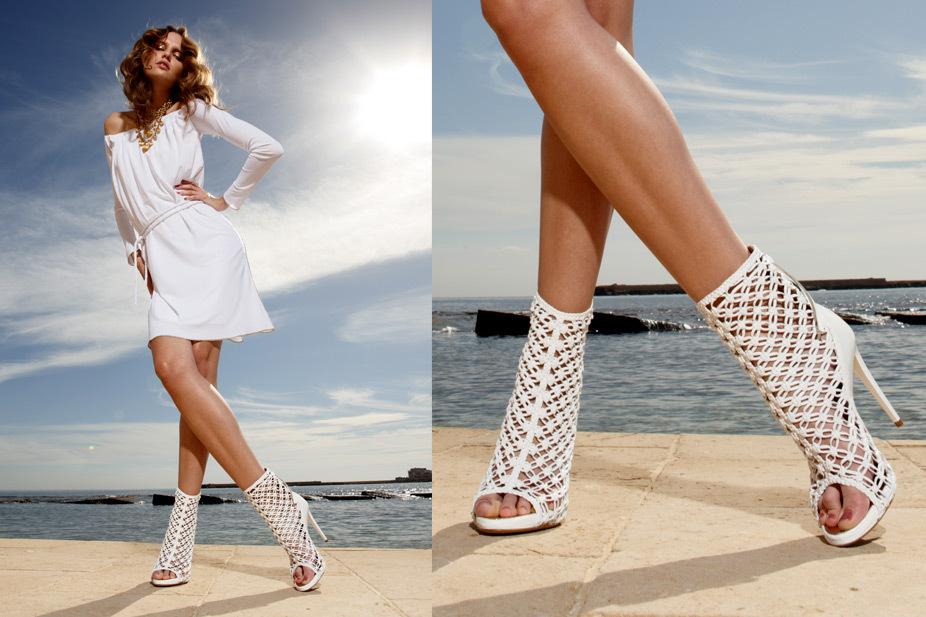 Привлекательный белый тотал-лук с летними ботинками.