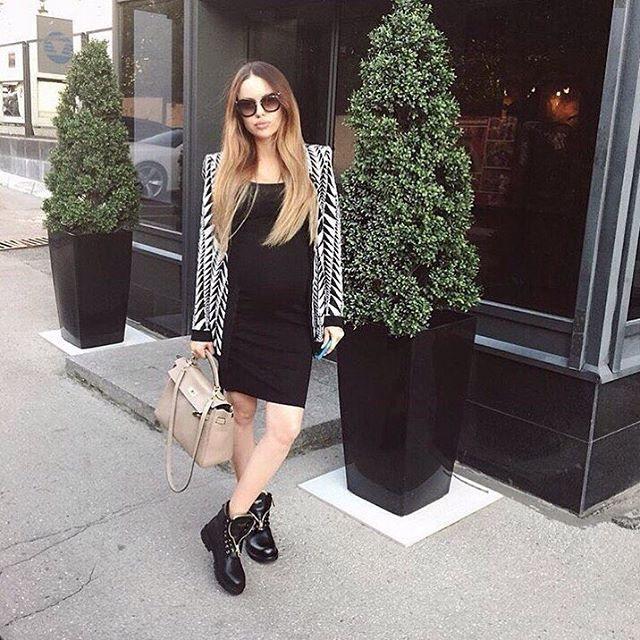 Ботинки прекрасно дополнят маленькое черное платьице.
