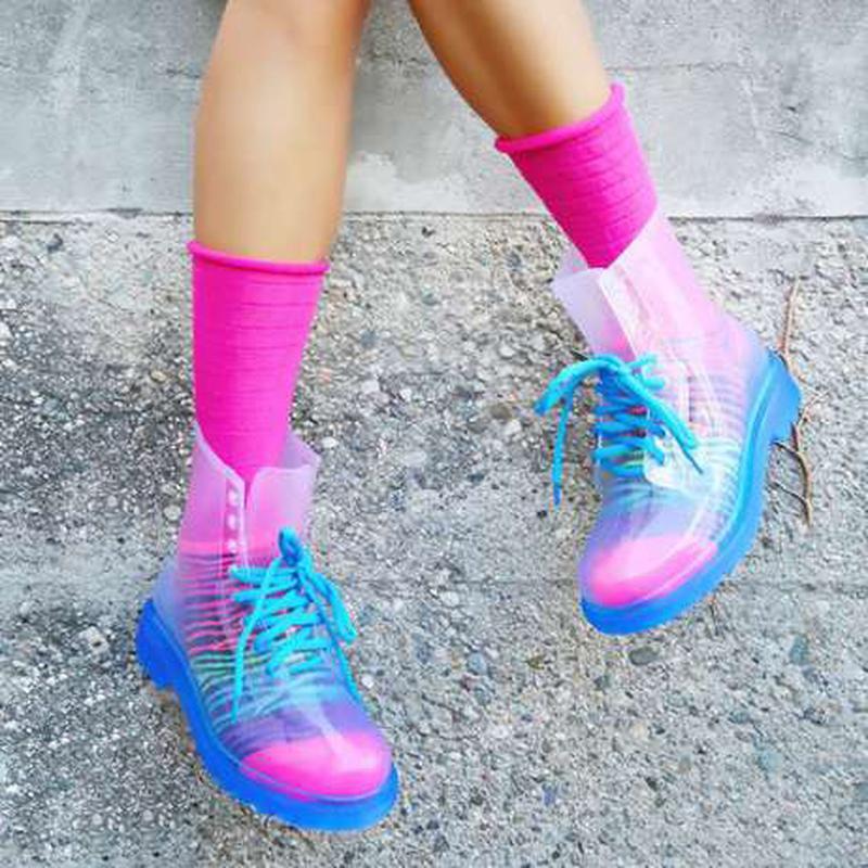 Прозрачные ботинки очень ярко смотрятся с красочными носочками.