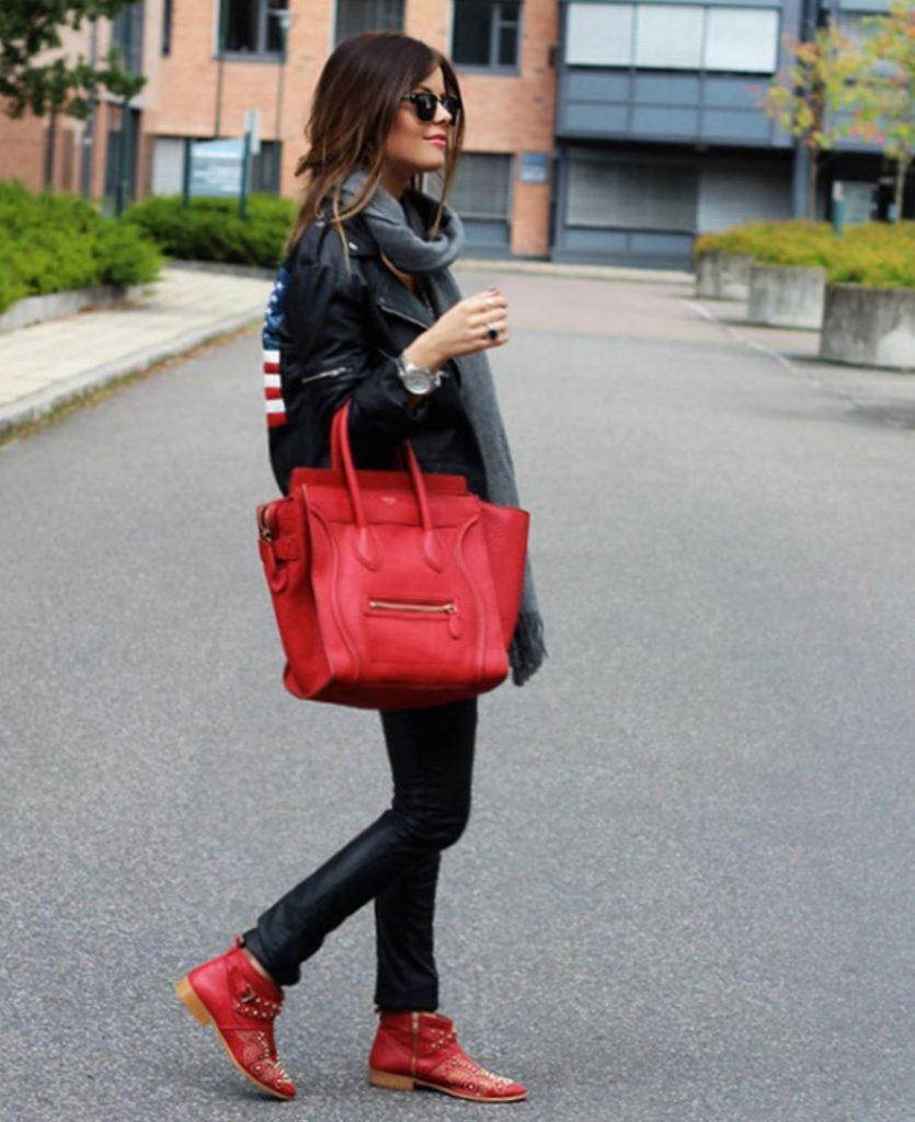 Красные ботинки отлично дополняют черный тотал-лук.