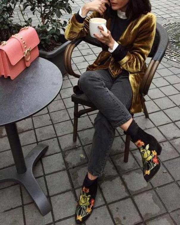 Ботинки с цветочным принтом и зауженные брюки - находка для модницы.