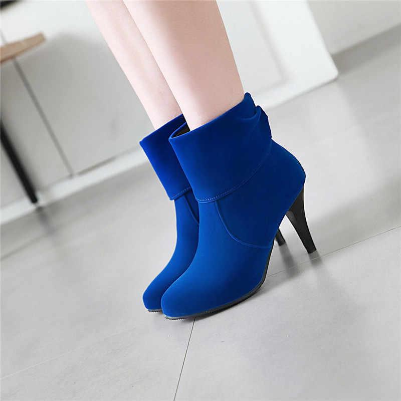 Аккуратные синие ботинки украсят каждый женский гардероб.