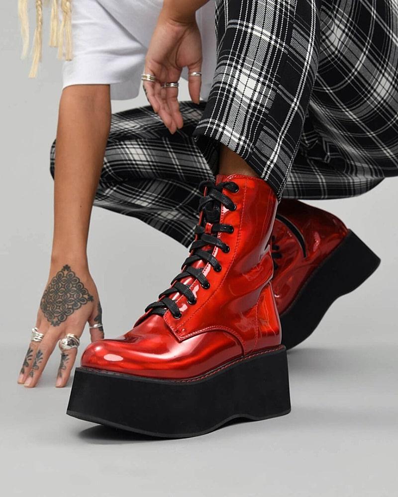 Эффектные красные ботинки всегда в тренде.