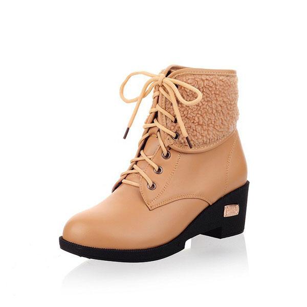 Элегантные бежевые ботинки всегда уместны в повседневном и деловом стиле.