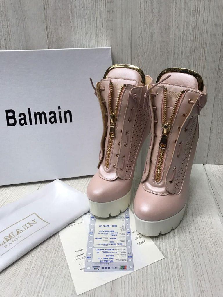 Розовые короткие сапоги - эффектное дополнение гардероба.