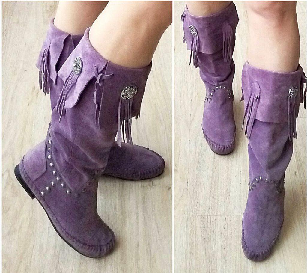 Стильные фиолетовые короткие сапоги для смелых луков.