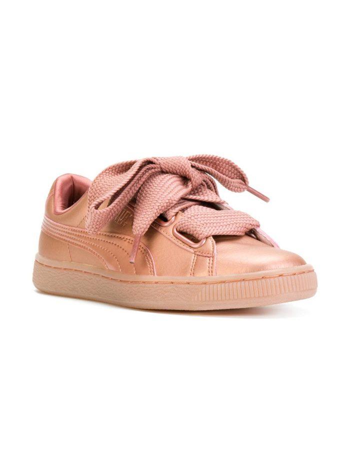 Яркие кроссовки с широкой шнуровкой.
