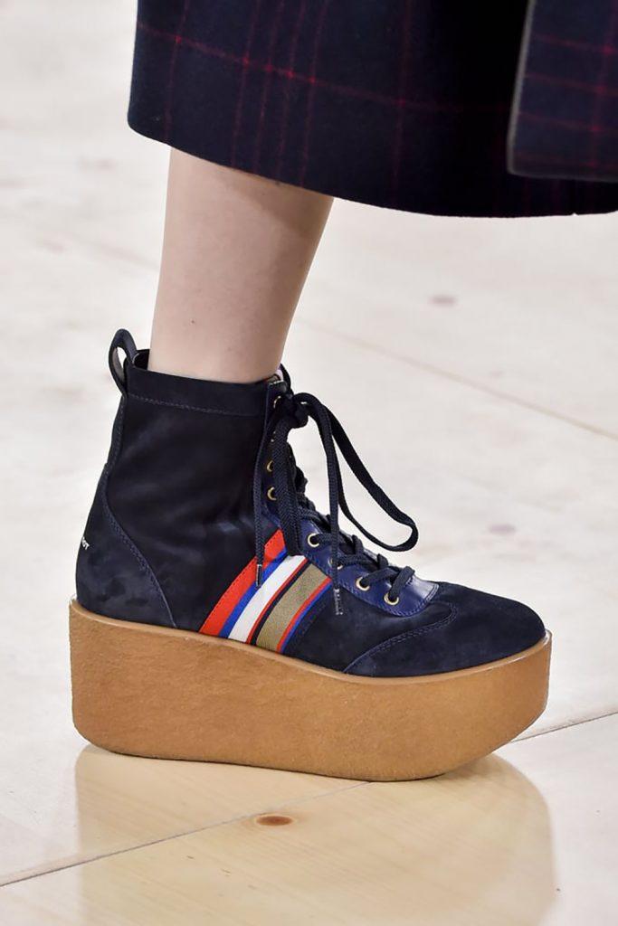 Модные кроссовки на высокой контрастной платформе.