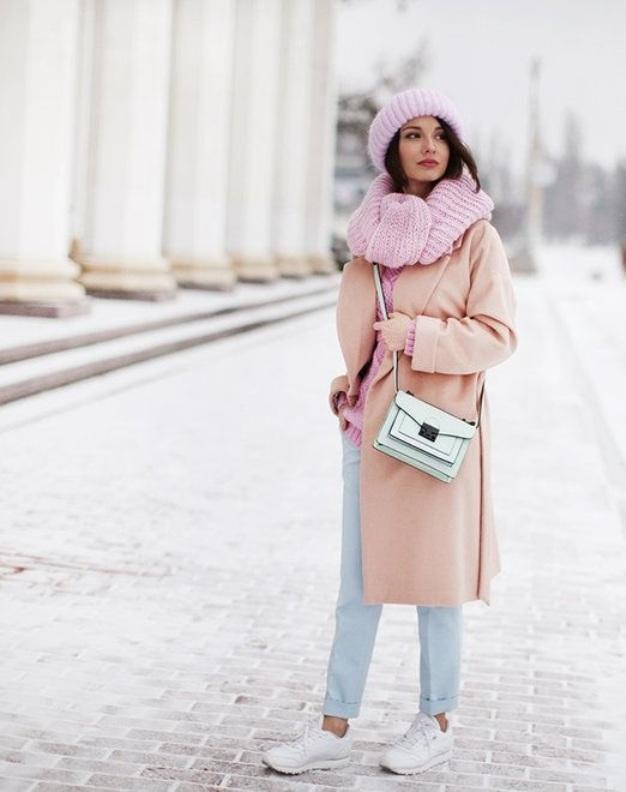 Светлые кроссовки + светлые джинсы - это всегда модно.