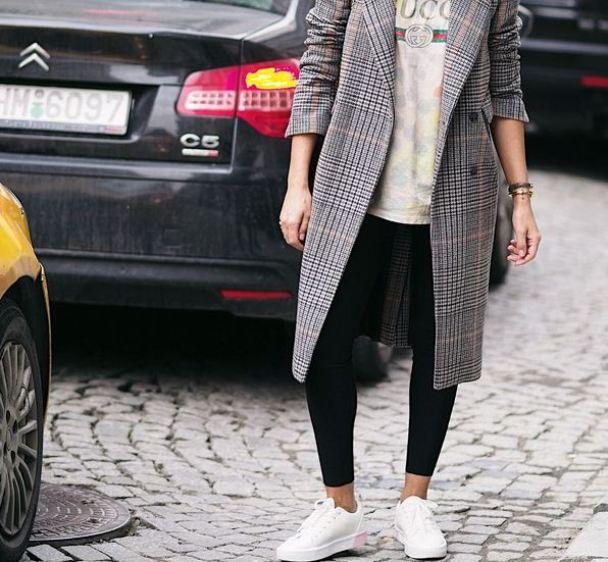 Зауженные брюки с кроссовками и пальто - лучшее осеннее сочетание.