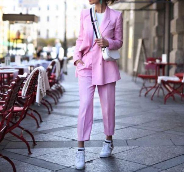 Брючный костюм в сочетании с кроссовками - классный тренд весны.