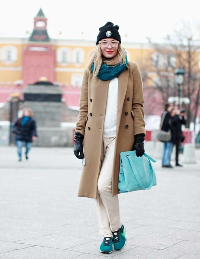 Пальто с броскими кроссовками - это эффектное сочетание сезона.