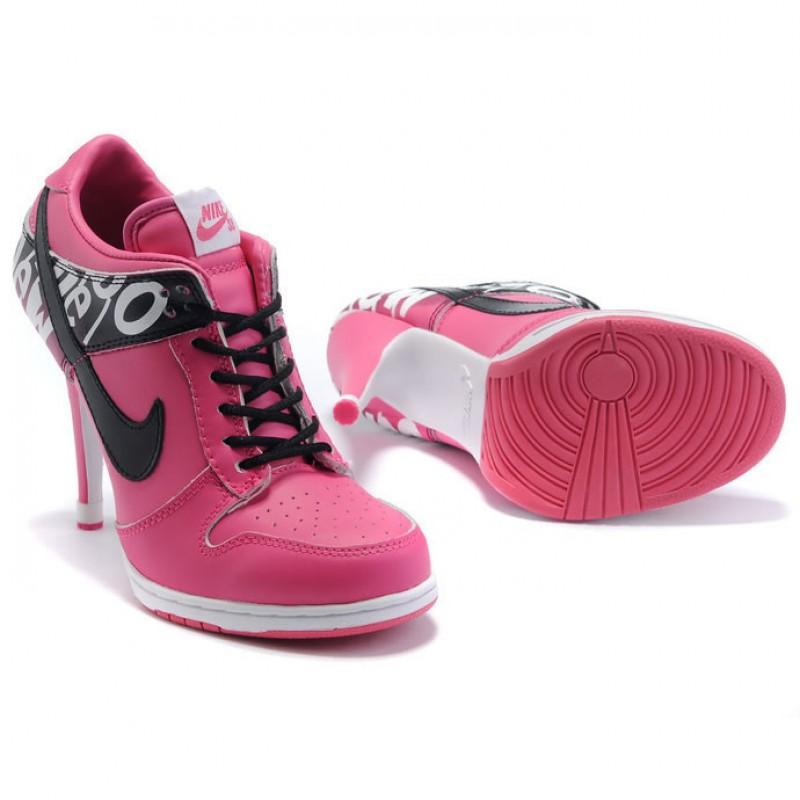 Эффектные розовые кроссовки на каблуке.