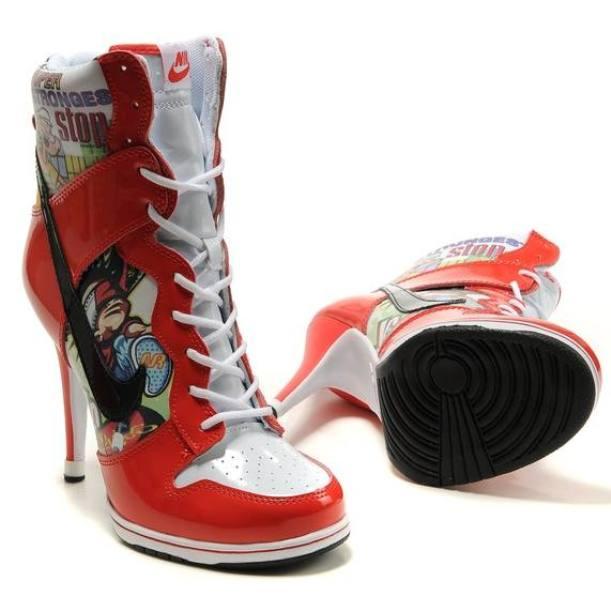 Яркая модель кроссовок на каблуке для стильных девушек.