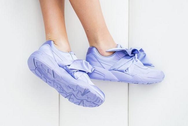 Нежные сиренево-голубые кроссовки с лентами.