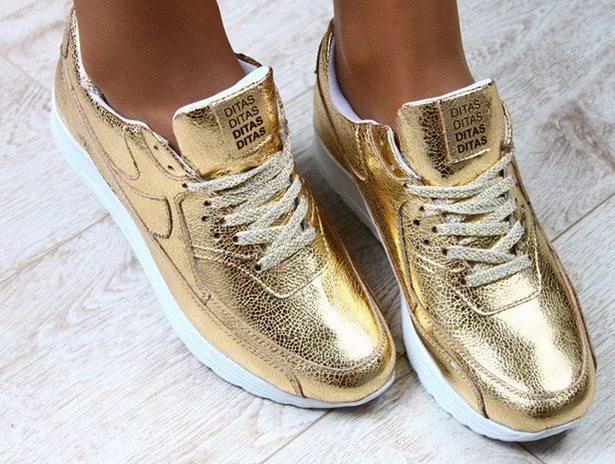 Золотистые кроссовки никогда не останутся незамеченными.