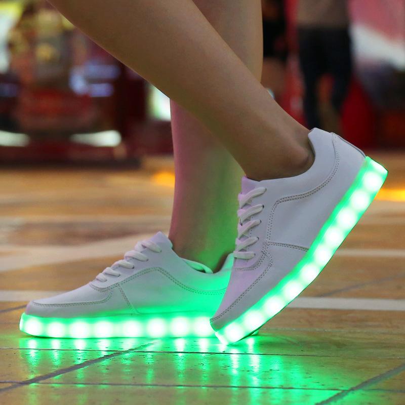 """Светящиеся кроссовки помогут """"сиять"""" на любой вечеринке."""