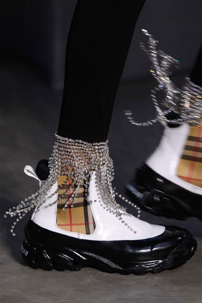 Неординарные кроссовки с эффектным декором.