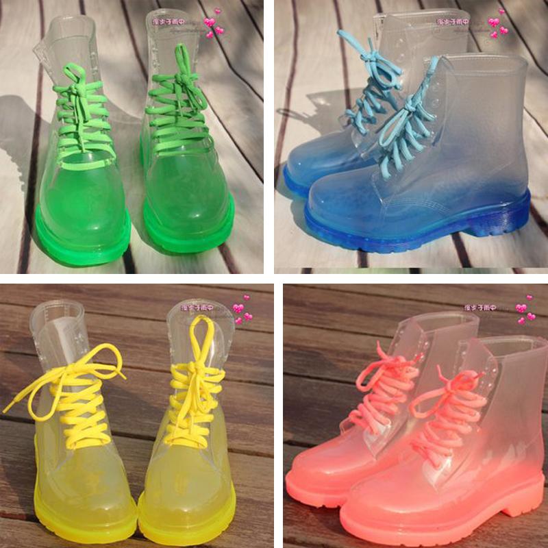 А в форме ботинок защитная обувь от влаги смотрится еще интереснее и ярче