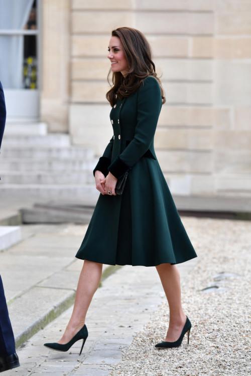 Кейт Миддлтон в лодочках и платье-пальто глубокого изумрудного цвета выглядит изысканно.