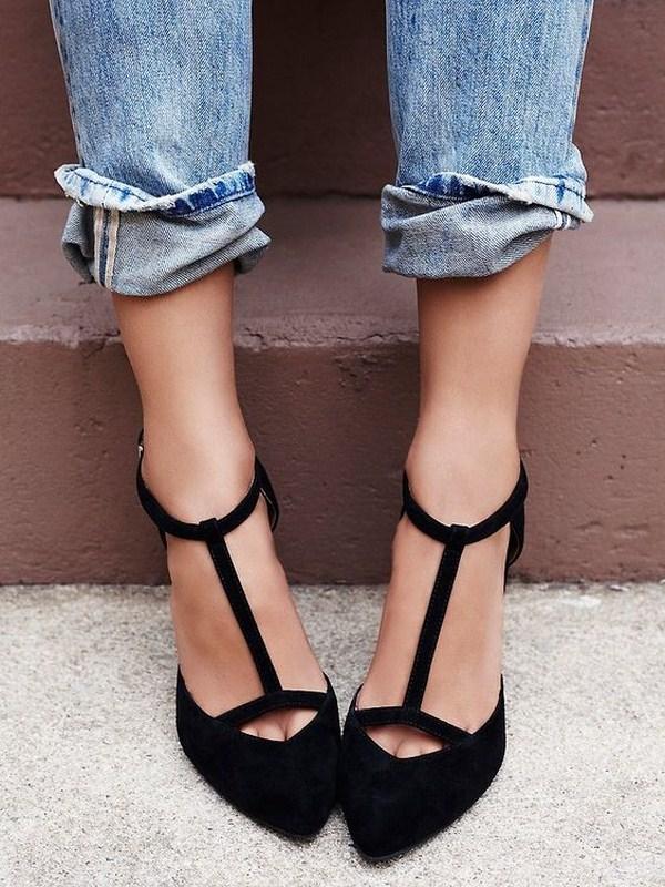 Черные туфли с перемычками и джинсы — удачное сочетание.