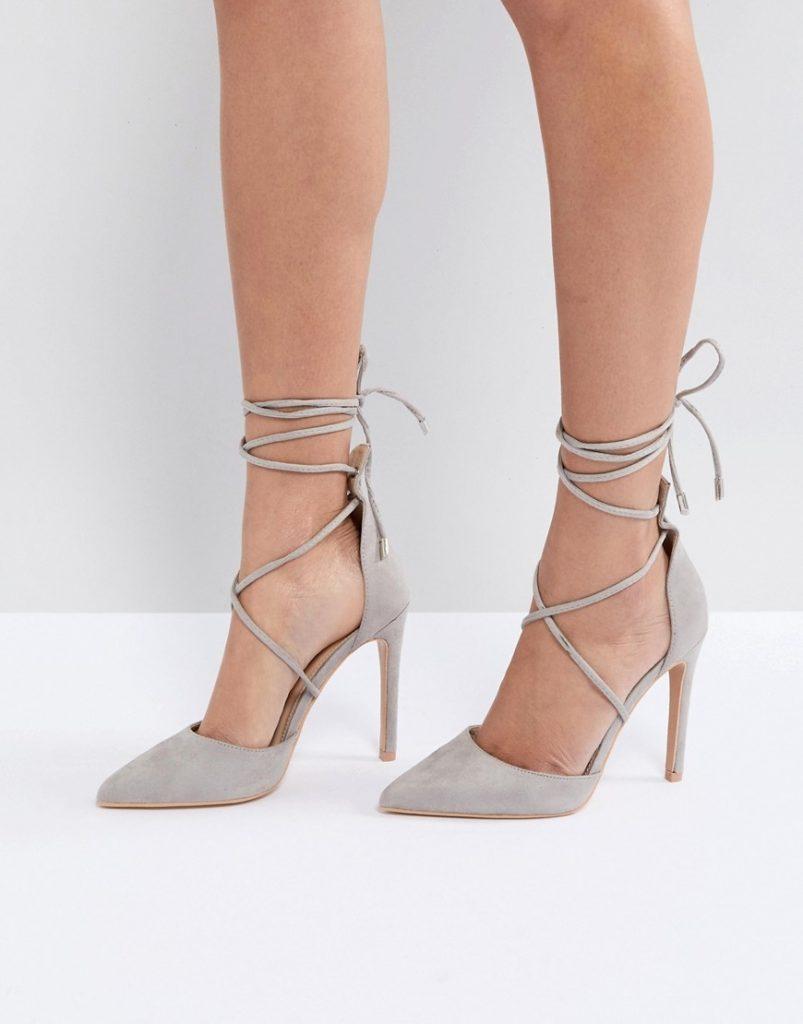 Светло-серые туфли с острым носком и аккуратными завязками — то, что нужно для элегантного образа.