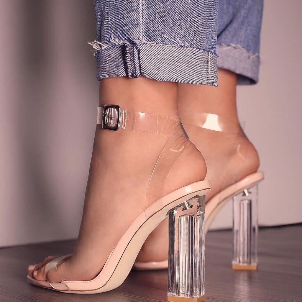Босоножки с прозрачным каблуком и пластиковыми переплетами актуальны как никогда.