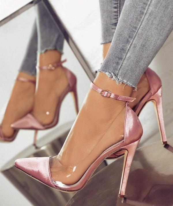 Туфли с прозрачными боковыми вставками — еще один тренд от дизайнеров.