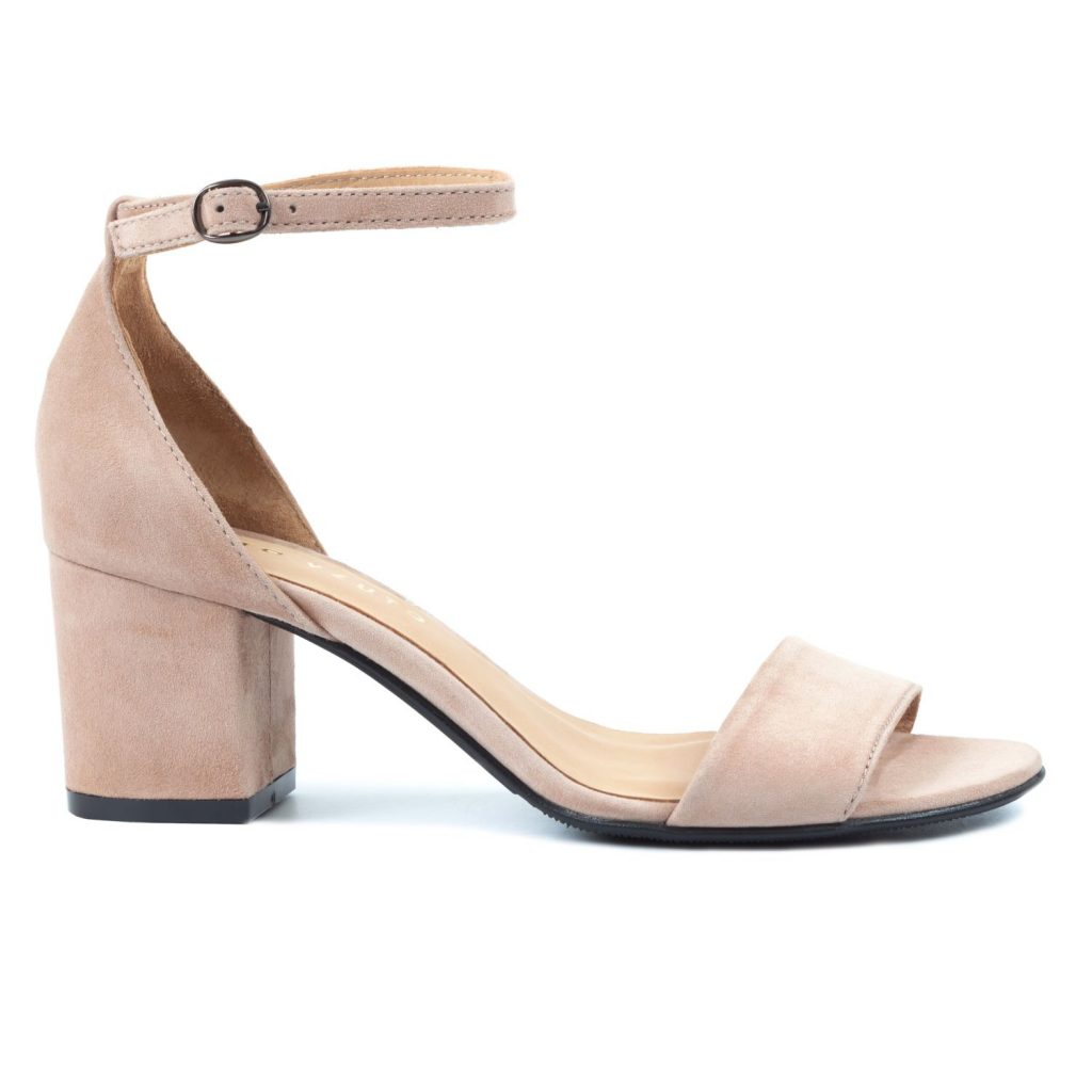 Нежно-бежевые босоножки из замши — базовая пара обуви.
