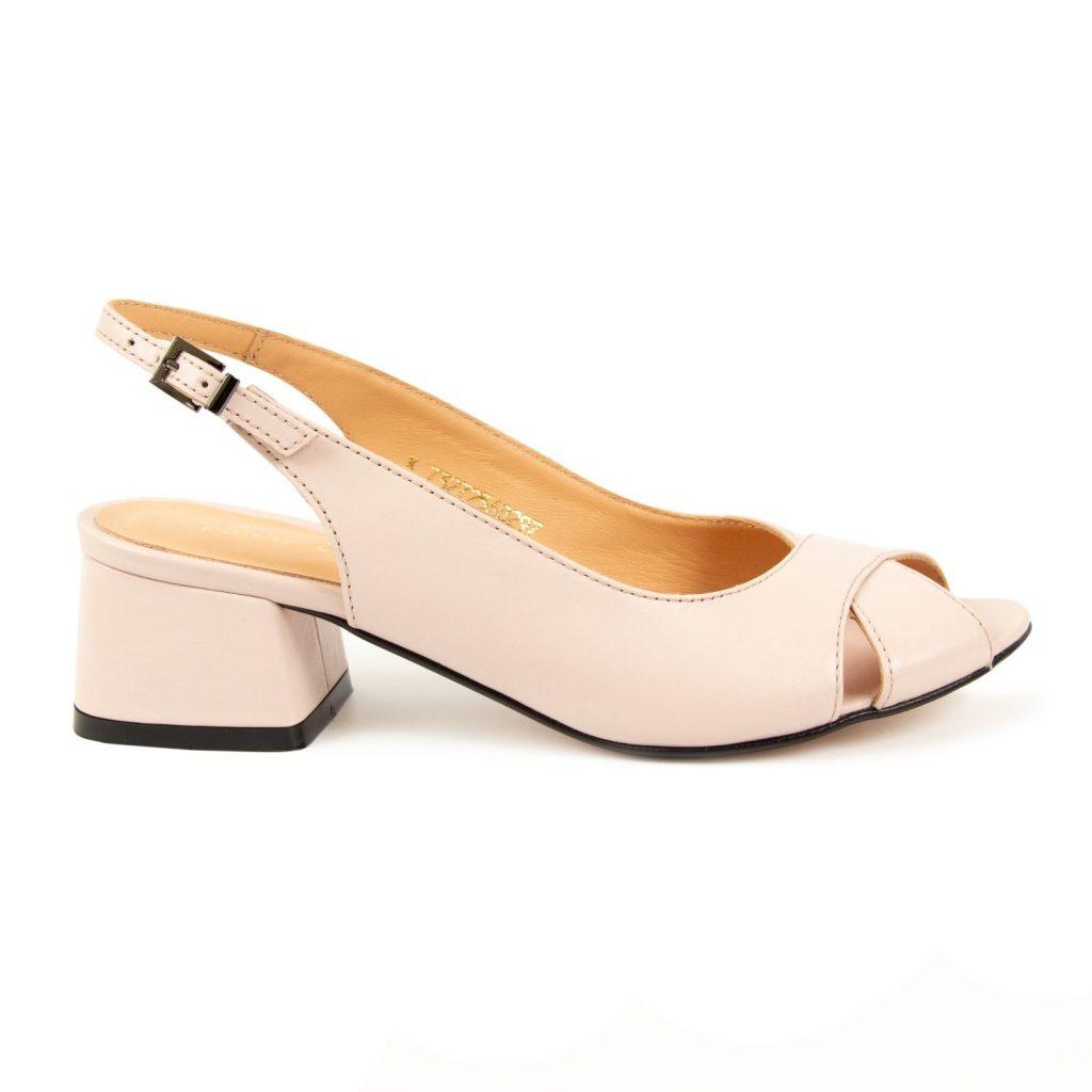 Нежно-розовые босоножки с удобным каблуком квадратной формы станут базовой вещью в гардеробе.