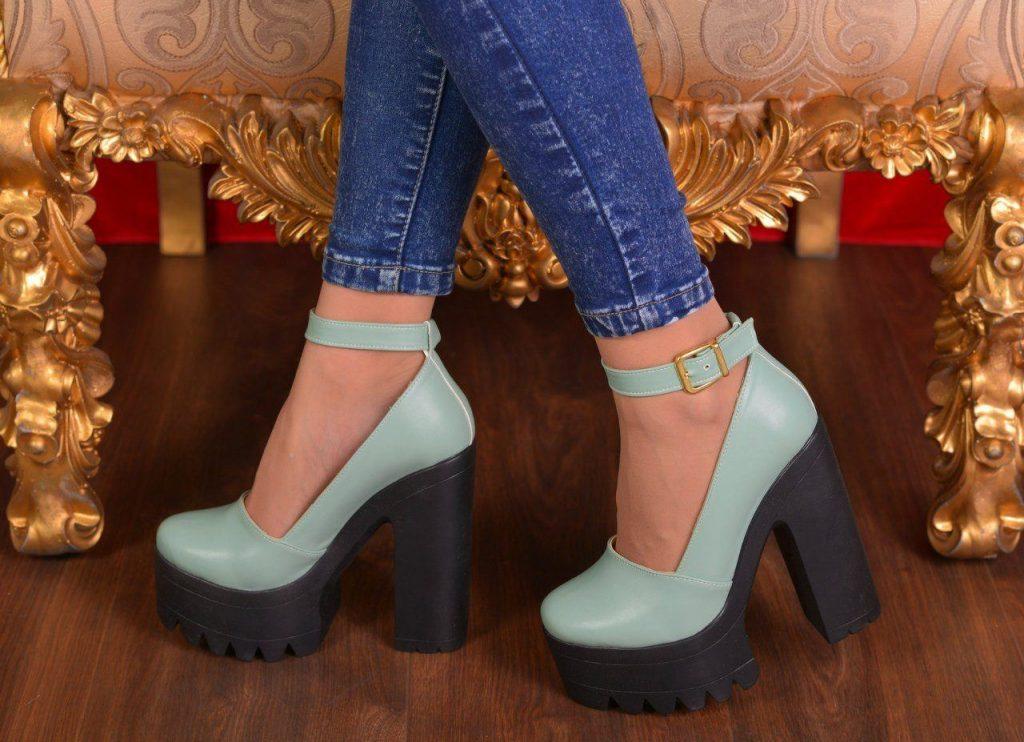 По-прежнему актуальны и туфли на тракторной подошве, которые отлично смотрятся с зауженными джинсами.