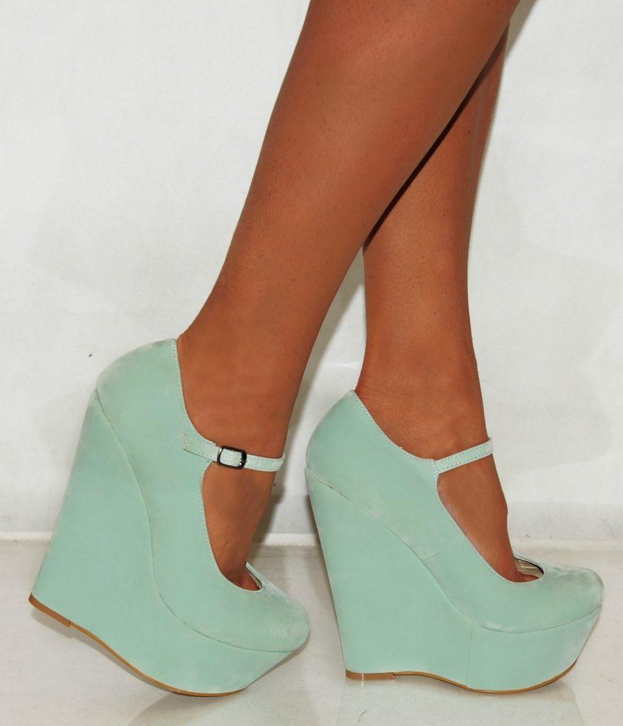 Обувь на высокой танкетке в мятном цвете особенно хороша на загорелых ножках.
