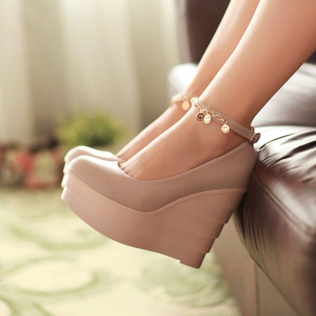 Бежевые туфли с танкеткой и ремешком подойдут обладательницам изящной щиколотки.