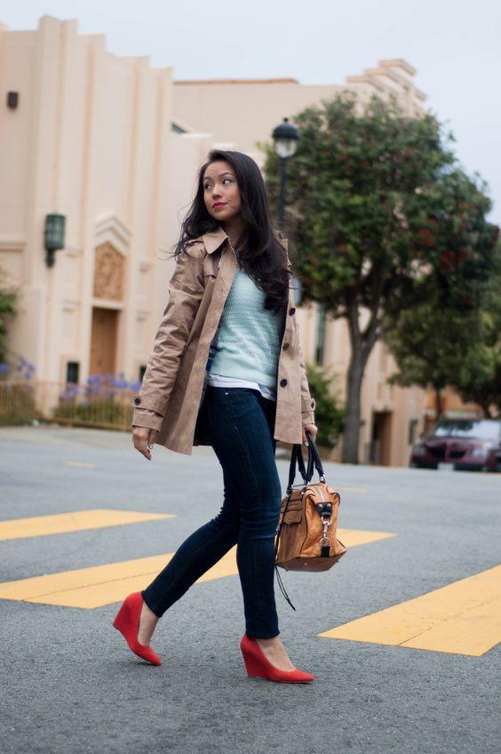 Красные туфли, джинсы и бежевая ветровка — идея весеннего аутфита.