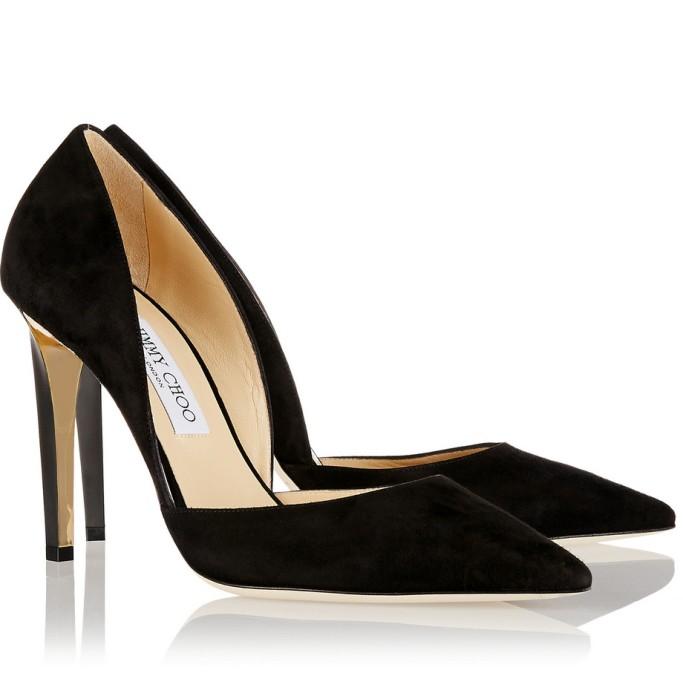 Выберите темные туфли на каблуке с открытыми боками для элегантного образа.