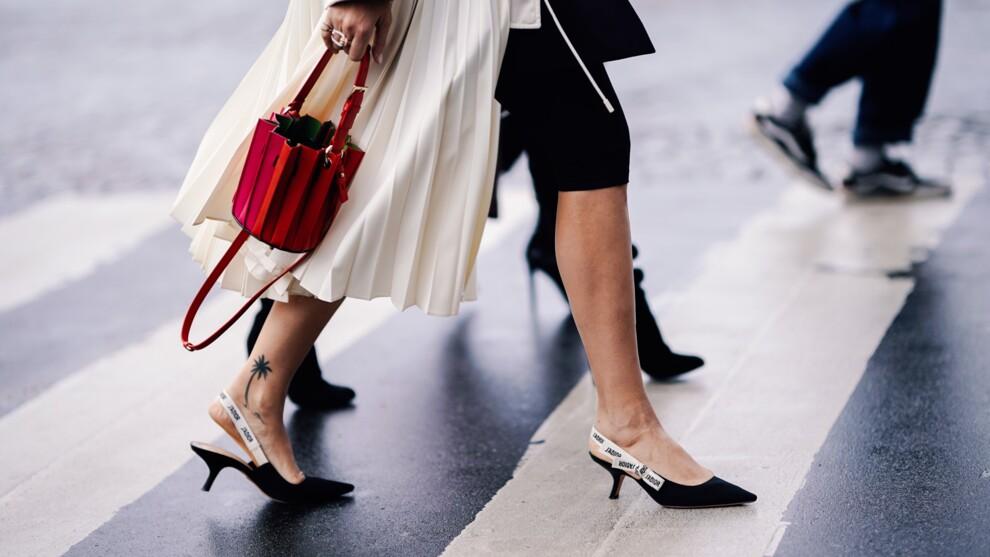 Kitten heels и сумка-ведерко — два тренда в одном образе.