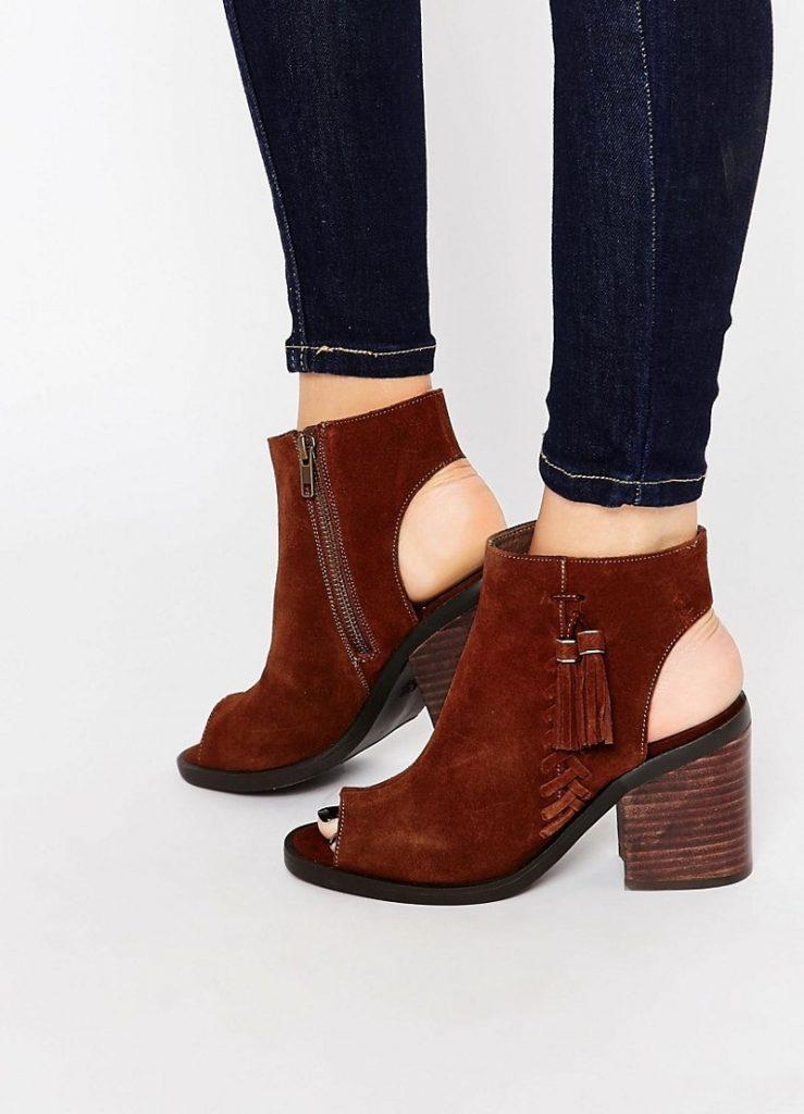Туфли с широким каблуком, открытой пяткой и носком смотрятся очень красиво.