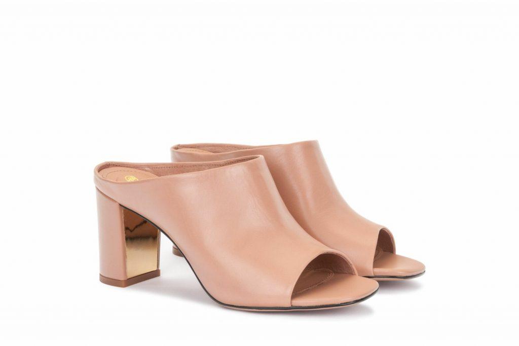 Мюли в нюдовом оттенке на устойчивом каблуке смотрятся богато.